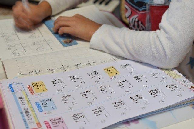 小学校教師 → 彡(^)(^)「こいつ筆算の横線が手書きやな… 全部やり直し!160問!」