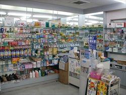 最近の薬局「食べ物あるぞ農産あるぞ水産あるぞ畜産あるぞ日用品もあるぞ弁当もあるぞ薬もあるぞ」