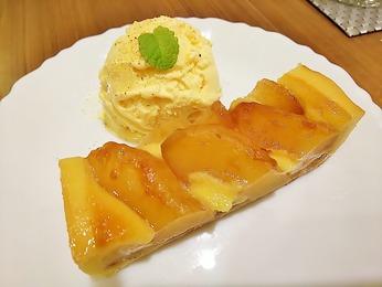 りんごのタルトバニラアイス添え