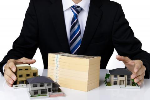 ビジネスマンと札束、家模型