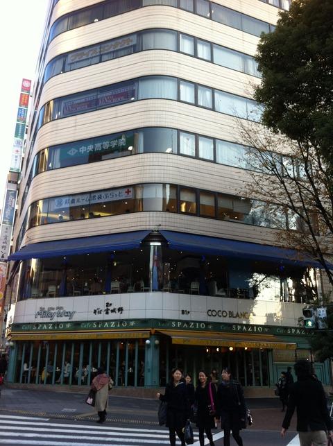 1階にCafe SPAZIOがあるビル