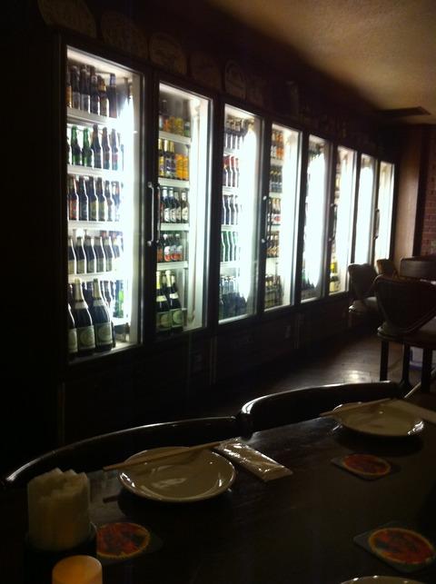 ショウケースには世界中のビールが並べられています。