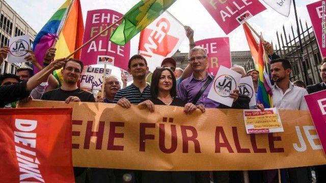 ドイツ下院、同性婚法案を可決 異性カップルと同じ権利付与