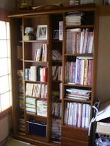 本棚に納まった本