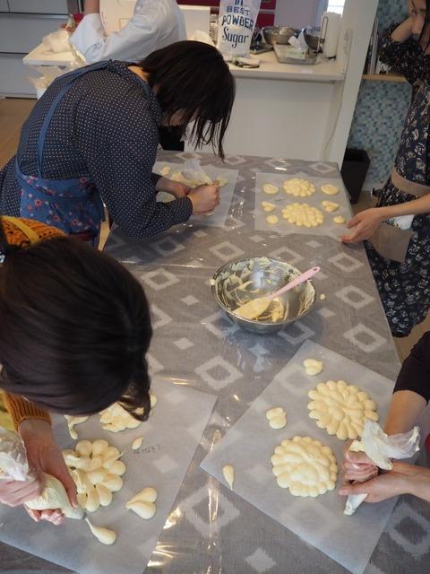 『おうちパティスリー pomme(ポム)』ケーキづくり教室ビスキュイ生地を絞って成型