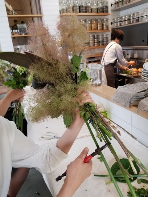 「メディカフェ ワークショップ」余分な茎をカット