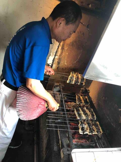 「うなぎの味栄」うなぎを焼いているところ