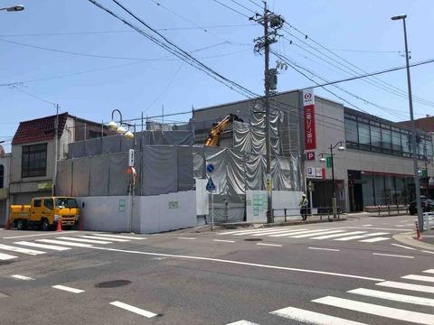 江南駅近く建物取り壊し工事中