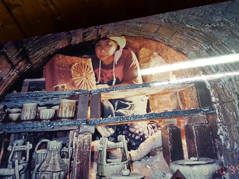 作陶に打ち込む清子さん。自宅に掲げられていた写真から 撮影・たかのぶ