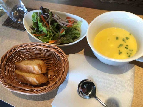 『うまいもんバル Rinpu亭』本日のサラダ、本日のスープ、バケット