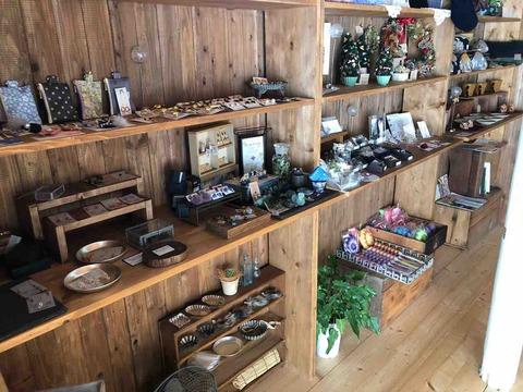 『Cafe & 手作り雑貨 小さなお店4april』店舗内 手作り雑貨の棚