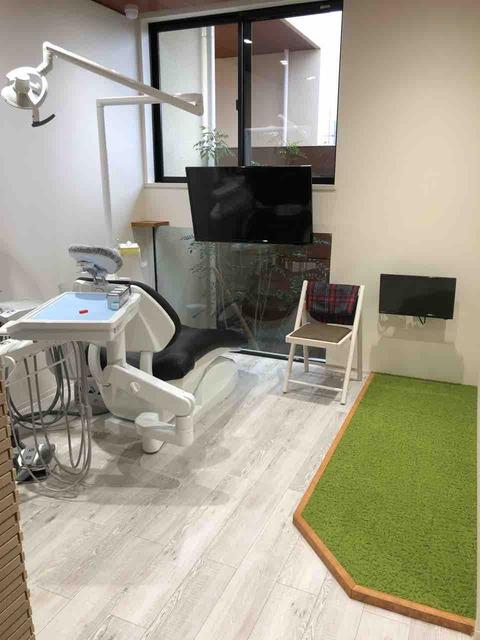 『おとなとこどもの歯医者さん やまむら歯科』診療室にキッズスペースを設けたファミリールーム