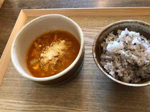 『スープカフェ スペインバル コマ(SOUP CAFE / SPAIN BAR KOMA)』スモーク鶏とたっぷり野菜のトマトソース 雑穀ごはん