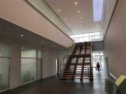 「KTXアリーナ」広々とした階段