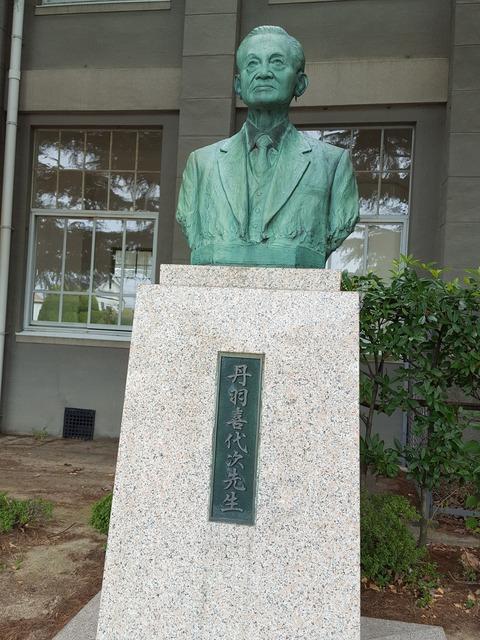 母校敷地内に今も立つ名物校長だったキー坊、すなわち丹羽喜代次先生の銅像 撮影・たかのぶ