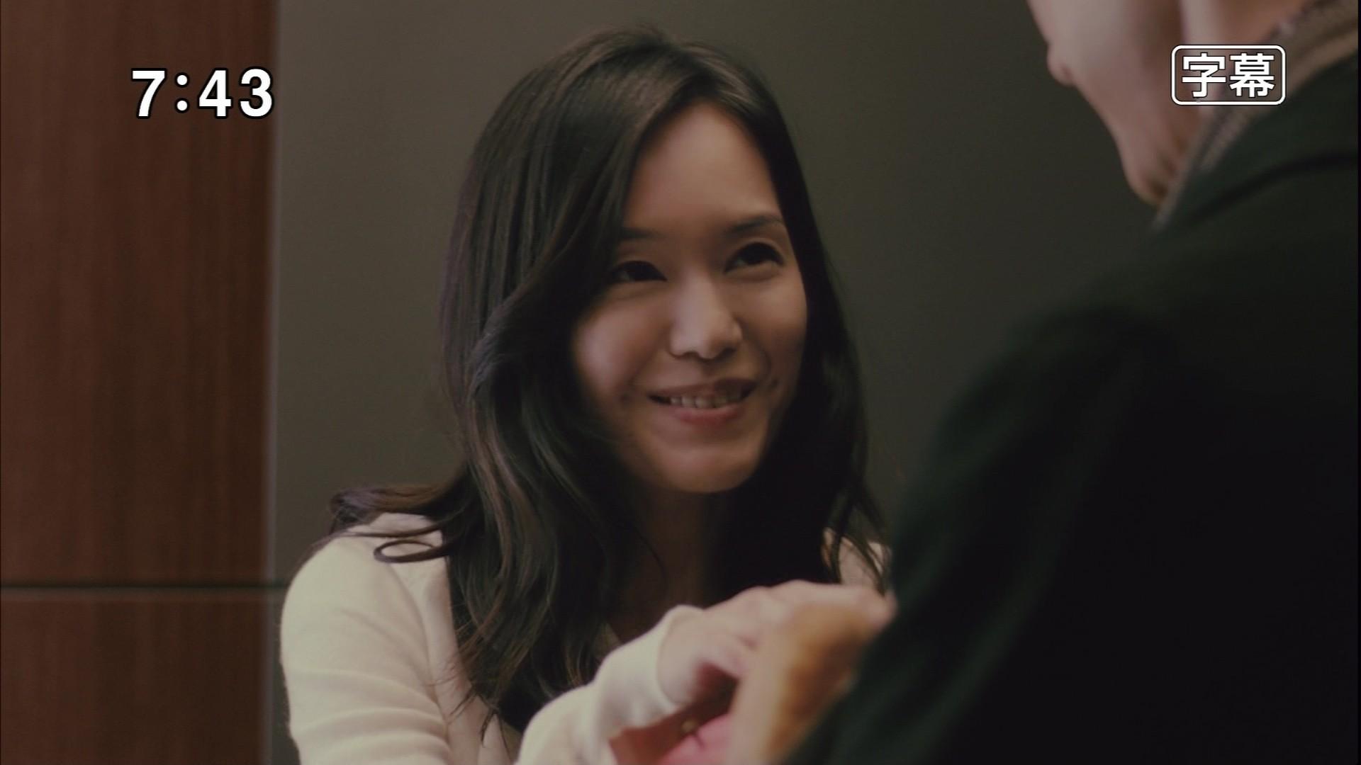 手を取って微笑む奥貫薫