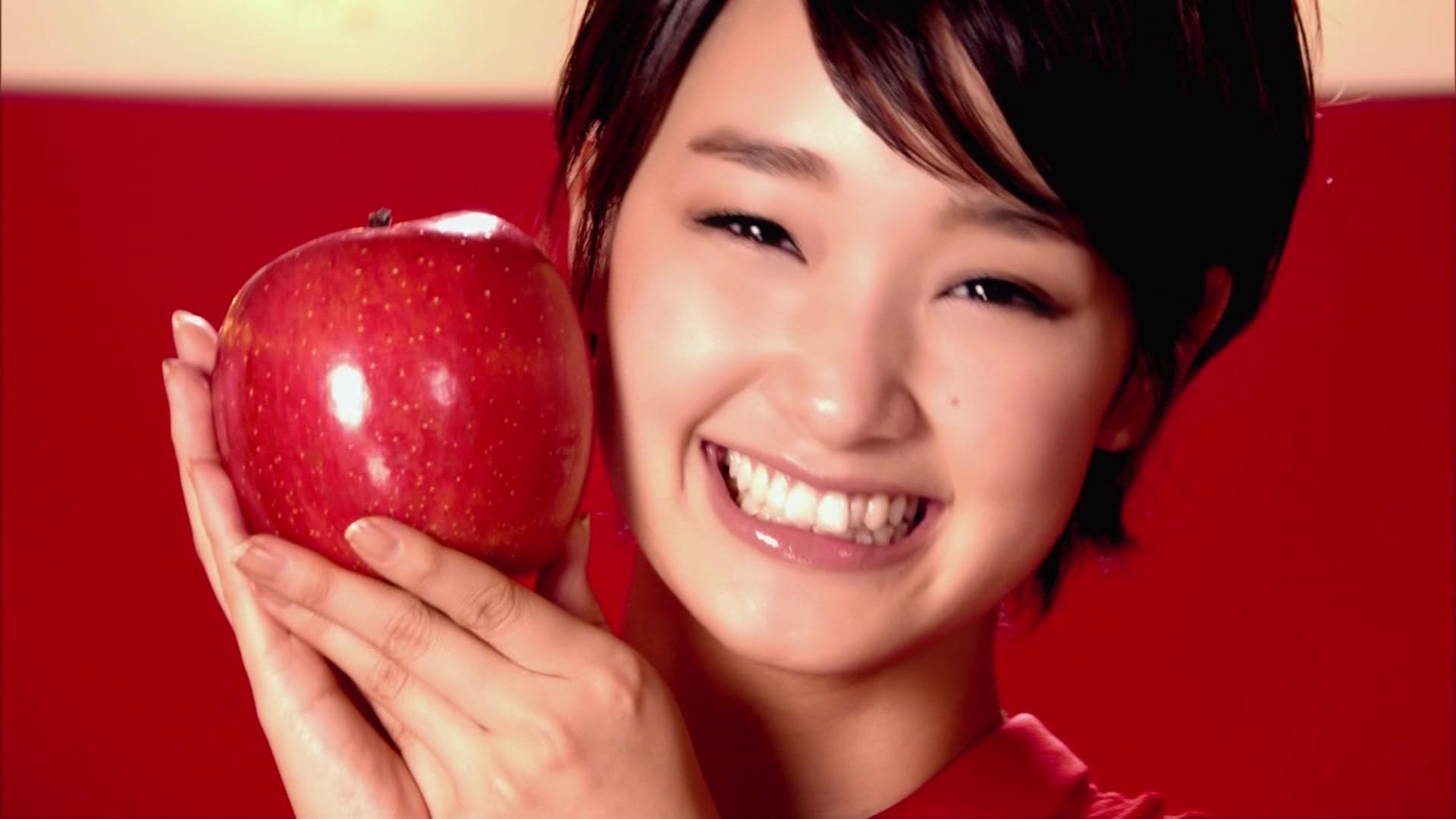 真っ赤なリンゴを持る剛力彩芽