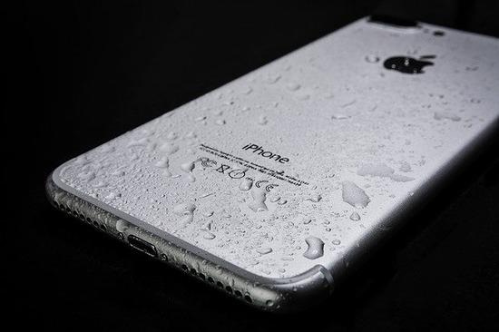 wet-smartphone-3369007_640