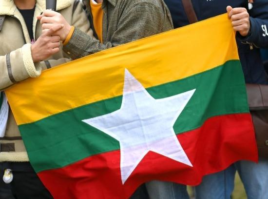 【悲報】ミャンマー国軍のヘリ、少数民族に撃墜される