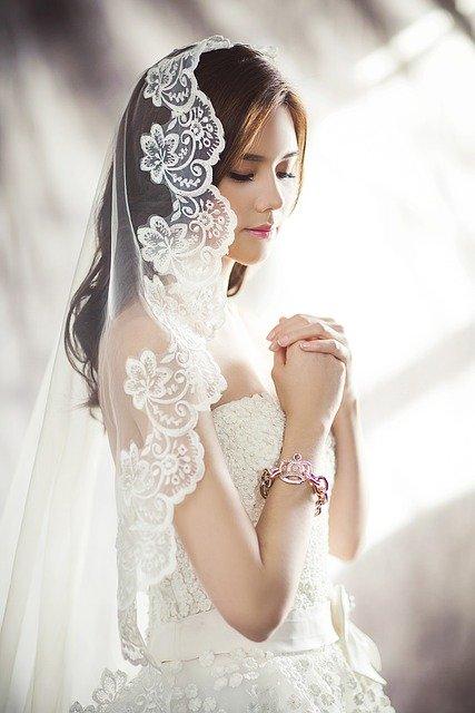 wedding-dresses-1486256_640