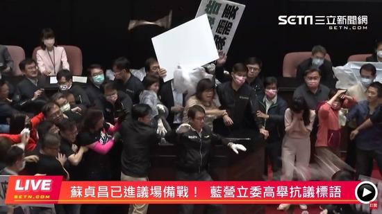 【台湾】国会議員さん、議会でブタの内臓を投げ合ってしまう