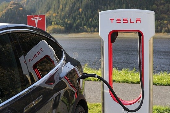 テスラ「57兆円あるからどっかの自動車メーカーの買収を検討する」