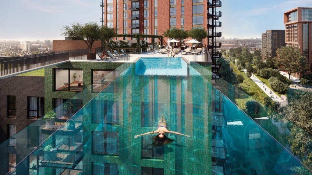 【画像】ビルとビルの間に作られた25メートルの透け透け空中プールwww