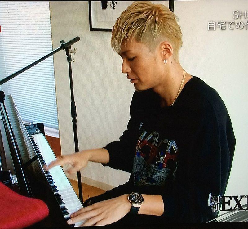 ピアノを弾く王子風なSHOKICHI。