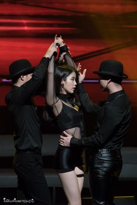 セクシー衣装で踊るIU (8)
