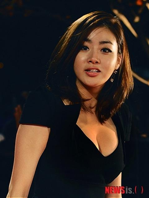 カンソラ 黒ドレスに谷間160201 (16)