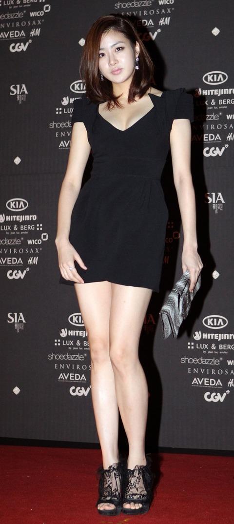 カンソラ 黒ドレスに谷間160201 (7)
