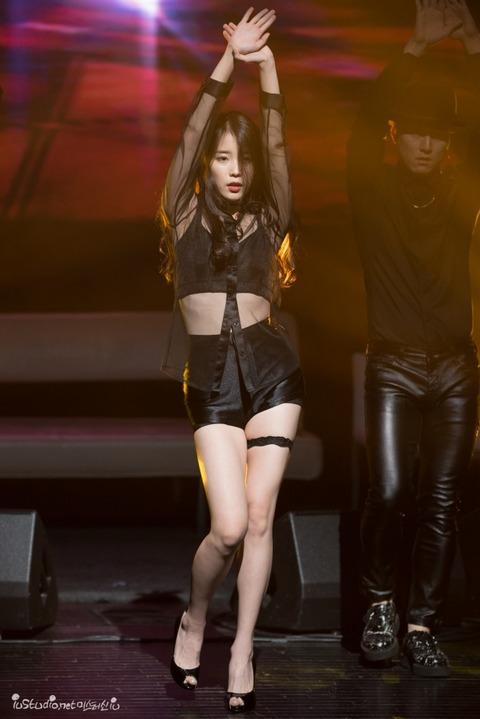セクシー衣装で踊るIU (1)