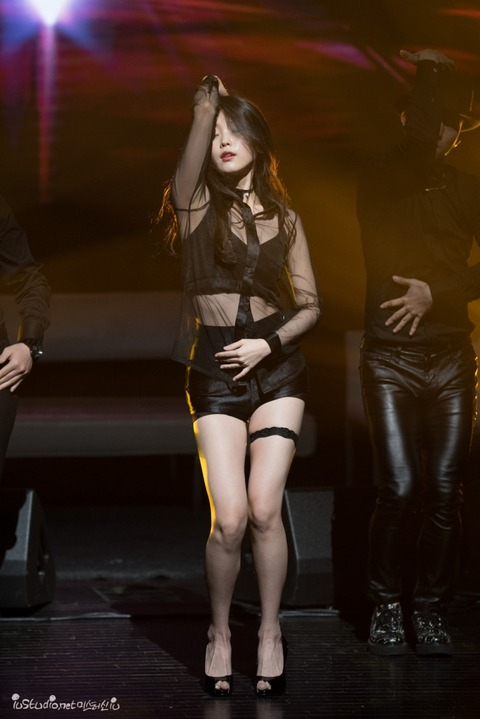 セクシー衣装で踊るIU (2)