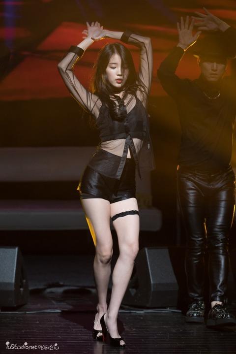 セクシー衣装で踊るIU (3)