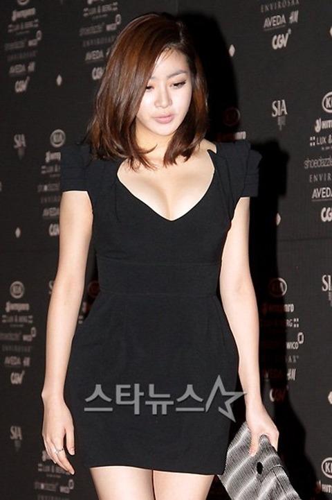 カンソラ 黒ドレスに谷間160201 (2)