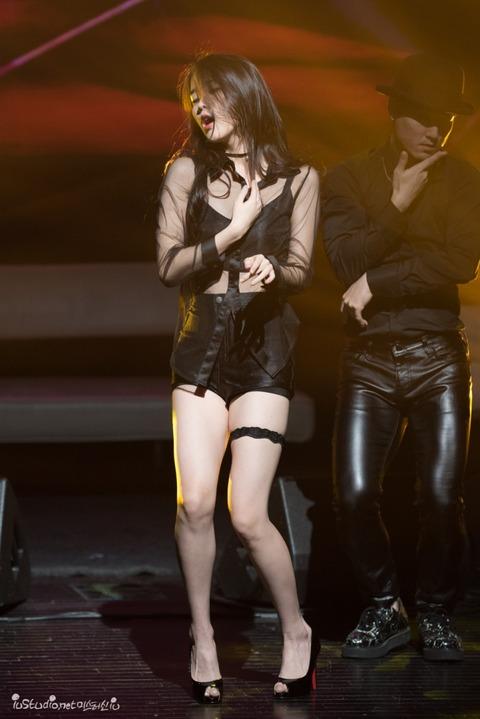 セクシー衣装で踊るIU (7)