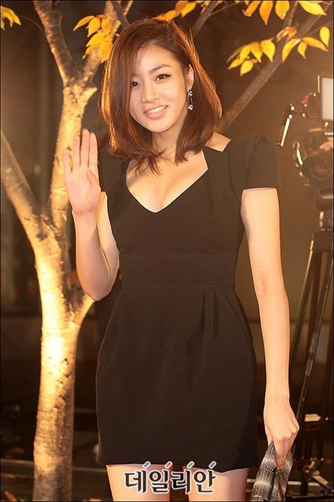 カンソラ 黒ドレスに谷間160201 (12)