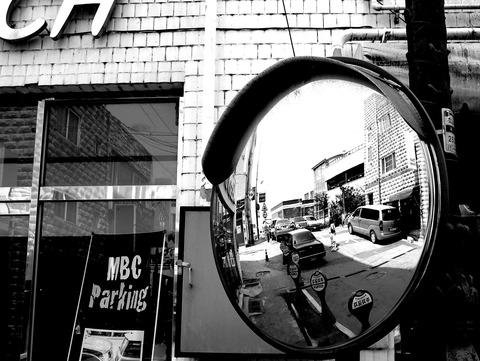 三寳百貨店前の反射鏡
