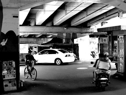 新場陸橋下の三叉路