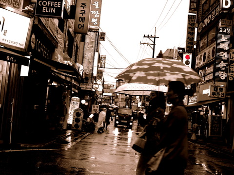 若い濡れ娘さんら並んで濡れ漫歩