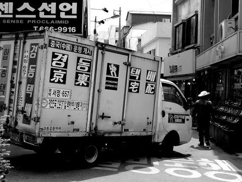 京東宅配のトラックとパナマ帽のオルシン
