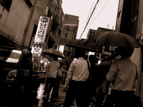 雨に靴下濡らす鬱なマルチュク通り濡れ残酷史