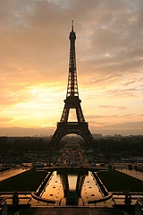 s-Tour_eiffel_at_sunrise_from_the_trocadero