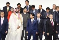"""大阪G20記念撮影 各国首脳の""""ガン無視""""に安倍議長オロオロ"""