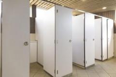 トイレ個室で隣から「濡れた紙」男児の顔を平手打ちし、43歳男逮捕