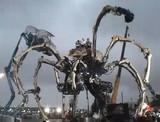 横浜赤レンガ倉庫に襲来した高さ約12メートルの巨大蜘蛛型ロボット