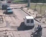踏切内で立ち往生した車を、列車との衝突から間一髪救った男