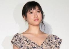 土屋太鳳:美デコルテ&美鎖骨くっきり ミニワンピ×ヒールで美脚もすらり