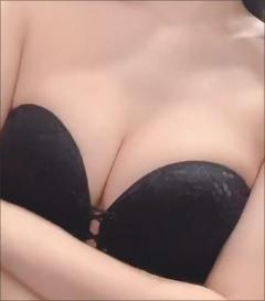 倉持由香、胸の谷間ができる瞬間を公開! 美しい胸の「揺れ」にファン大興奮