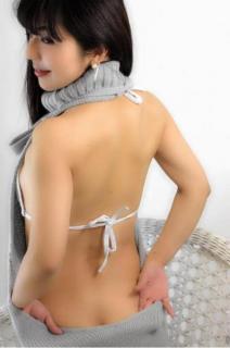 """""""熟女グラドル""""茜結、童貞殺しセーターで美背中ショット公開「私の体のお気に入り」"""